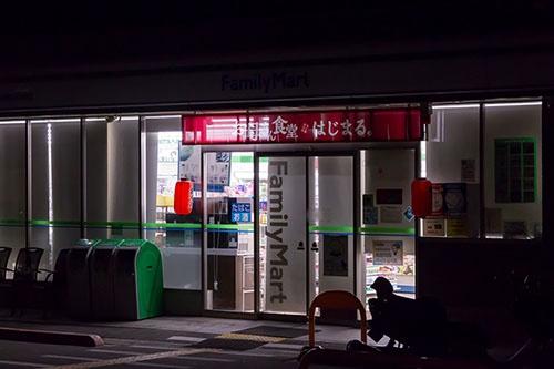 今夏、24時間営業から午前6時〜翌1時の19時間営業に移行したファミリーマート店舗。午前1時にはロールカーテンが下ろされ、あたりは静けさに包まれていた(一部画像処理しています。撮影:菅野勝男)