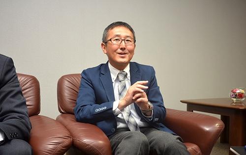 目黒真司(めぐろ・しんじ)氏<br>1994年、広島銀行に入行。1996年ポプラ入社。2008年に社長就任。創業者である目黒俊治会長の娘婿にあたる。47歳。