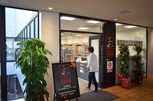 生活彩家OCS東京スカイゲート店。国際物流を手がけるANAグループ会社、OCSの本社ビル内のコンビニとして、社員の休憩スペースに開業した。同社担当者は「今後はANAグッズを販売したい」と話す。