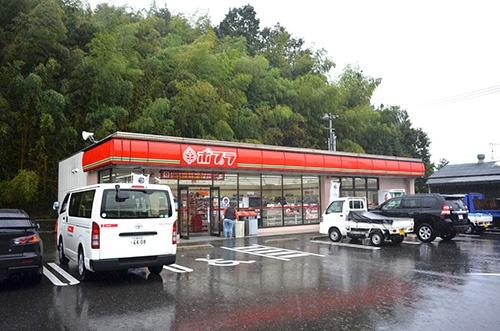 公道に面した通常の店舗の新規出店は当面凍結する考え(10月、広島市)