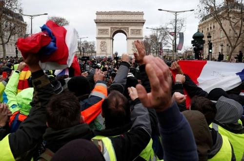 仏、各地で大規模反政府デモ(写真:ロイター/アフロ)
