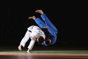 柔道の稽古のような激しい運動の前には、炭水化物をしっかりとらないと筋肉が減ってしまう。(写真:アフロ)