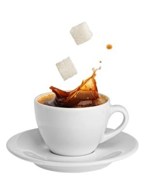 オフィスで砂糖入りのコーヒーを何杯も飲んでいると、着実に体脂肪を蓄積させていることになる。(©Алексей Пацюк-123RF)