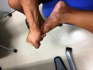 太い親指は、手全体で包むようにして押してほぐす。