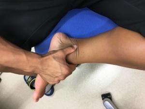 親指を使って、くるぶしからアキレス腱のわきを上に向けて押していく。