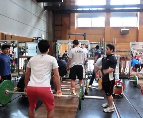柔道日本代表の選手たちも、日本体育大学の岡田准教授(写真右)などの教えをもとに、効率的な筋力増強のトレーニングに取り組み、技のスピードや切れ味を鋭くした。