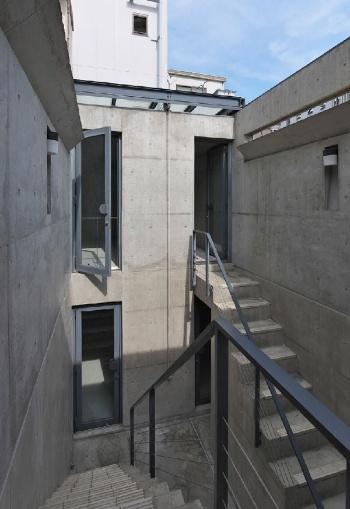 3~4階の一部に設けられた中庭。「住吉の長屋」の中庭をほうふつとさせるが、ここでは両側の部屋をつなぐブリッジすらなく、4階の行き来には一度3階に降りてから上らなければならない(写真:生田 将人)