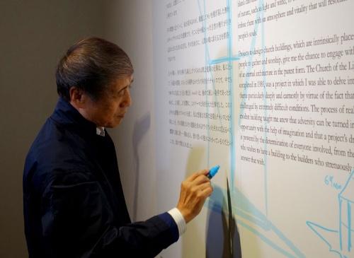 国立新美術館の安藤忠雄展の会場で、白く空いたスペースを埋めるために、突然スケッチを描き始めた安藤氏(写真:日経アーキテクチュア)