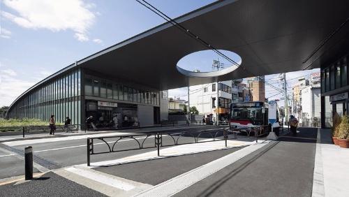東急大井町線上野毛駅の公道をまたぐ大屋根。丸い穴は「駅が都市の中央である」(安藤忠雄氏)ことを表している(写真:吉田 誠)