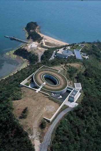 直島の「ベネッセハウス ミュージアム」(写真奥)と、第2期の「ベネッセハウス オーバル」を見下ろす(写真:三島 叡)