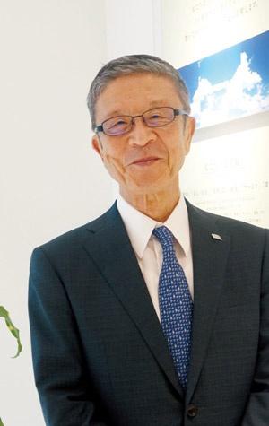 """<span class=""""fontBold"""">岩田弘三(いわた・こうぞう)<br />ロック・フィールド代表取締役会長兼社長。1940年神戸市生まれ。65年神戸市の南京町に「レストランフック」を開業、72年ロック・フィールドを設立し社長に就任。「RF1」や「神戸コロッケ」など6つの惣菜ブランドを展開する。14年から会長、16年から社長兼任となり現在に至る</span>(写真:日経アーキテクチュア)"""