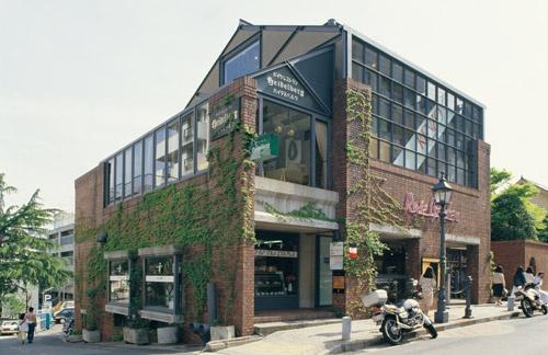 """<span class=""""fontBold"""">1986年に撮影したローズガーデン。完成は1977年。レンガ積み仕上げの壁は異人館通りの景観上のポイントとなった。安藤氏というとコンクリート打ち放しが思い浮かぶが、初期の商業建築にはレンガ積み仕上げのものも多い</span>(写真:三島 叡)"""