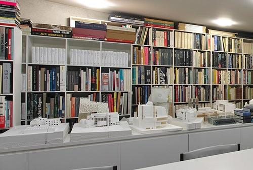 安藤事務所の4階に並ぶ白い模型群。どれも安藤氏が設計した建築ではない(写真:生田 将人)