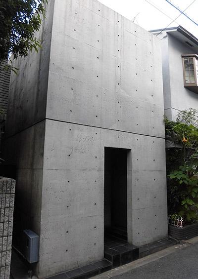安藤氏の出世作となった「住吉の長屋」(1976年竣工)の現況(写真:日経アーキテクチュア)