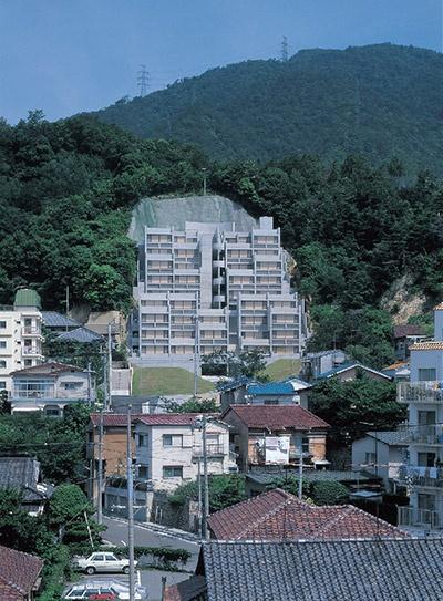 「六甲の集合住宅」第1期(1983年)の遠景(写真:三島 叡)
