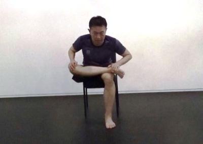 座ったままの姿勢で長時間の仕事をする人が硬くなりがちなのは、お尻の大殿筋と肩甲骨周辺の筋肉だが、この部分のストレッチを日常的に実践している人は多くないという。