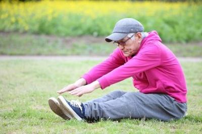 「体が硬い」と一概によく言われることが多いが、全身すべてが硬い人はそうはいない。前屈だけでは体の柔軟性は判断できない。(c)jedimaster-123RF