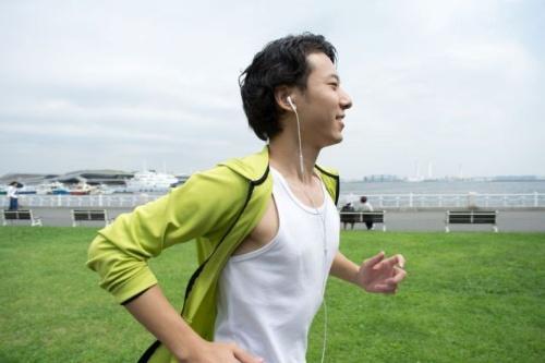 休日に持ち帰り残業があっても、時間管理を工夫すれば運動の時間を抵抗なく捻出できるようになる。(©Yusuke Saito-123RF)