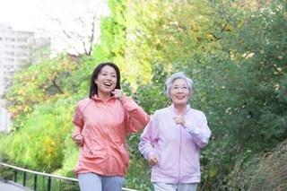 最初はぶらぶら歩きでもいいから、運動する習慣を身につけよう。(c)PaylessImages-123RF