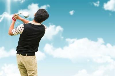 ゴルフでのケガを防ぐには、事前にスイングの動きを意識した動的なストレッチを行って、背骨周辺の筋肉をほぐしておくといい。(c)Wavebreak Media Ltd-123RF