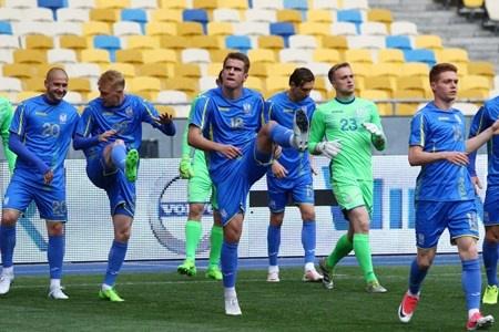 サッカーの試合前には、選手が股関節を中心に脚を回したり、肩甲骨を中心に腕を回すような動的ストレッチでウォームアップする様子が見られる。(c)Oleksandr Prykhodko-123RF