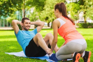 お腹を引き締めたくて、つい行ってしまう腹筋運動。果たしてその効果は?(©dolgachov-123RF)