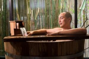 入浴により、冬場の体の冷えが解消されたり、血行が良くなったりする。しかし、スポーツ後の疲労を取るのが目的なら、熱めのお湯に長時間入ることは要注意だ。(c)Bhakpong Rattanasaroj-123RF