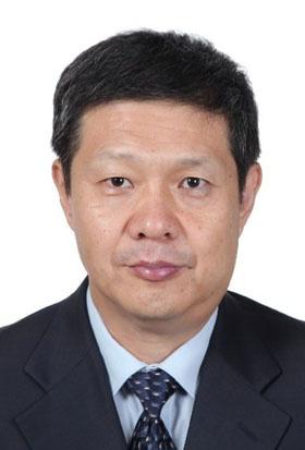 "<span class=""fontBold"">黄 群慧(Huang Qunhui)氏</span><br />中国社会科学院 工業経済研究所所長。1966年8月生まれ。中国企業管理研究会副会長、理事長を兼任。「中国工業経済」、「経済管理」の編集長。主な研究分野は、産業経済と企業管理。2013年の「百千万人材プロジェクト」の国家級人材に選ばれ、「国家レベルの突出した貢献がある青中年専門家」の称号を与えられた。これまでに国家社会科学基金重大プロジェクト、国家自然科学基金、および多くの省レベルの重大プロジェクトを担当。「中国社会科学」「経済研究」などの学術刊行物に200本余りの論文を発表し、単独執筆や、共著などの著作は30冊以上。第12回孫冶方経済科学賞を受賞。"