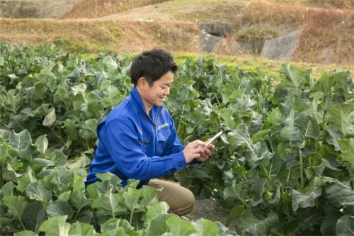 ラグリのサービス利用者に報告をする農家