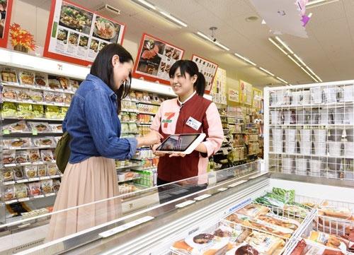 店頭を訪れた顧客に対し、積極的にオムニセブンの存在をアピールしている(セブンイレブン若松古前店、撮影:飯山 翔三)