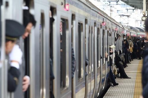 11月28日の横須賀線の武蔵小杉駅。最後の一押しでどうにか乗り込む。(撮影:北山 宏一)
