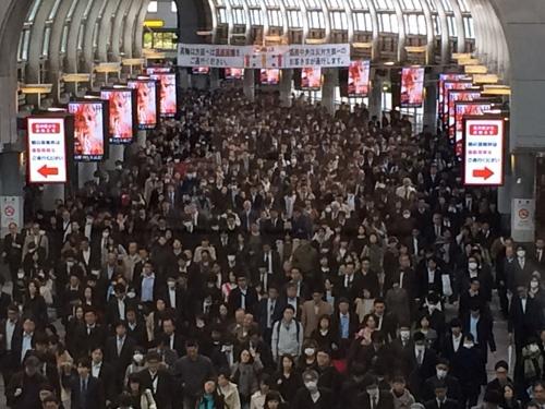 品川駅のコンコース。品川駅の改札から港南口のオフィスに向かうビジネスパーソンが多いと見られる。通路いっぱいに人があふれ、もくもくと歩いている