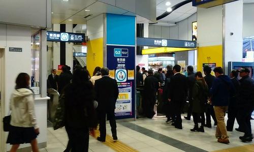 朝の東西線浦安駅。乗客は中野・三鷹方面行の上り列車に次々と乗り込んでいった。