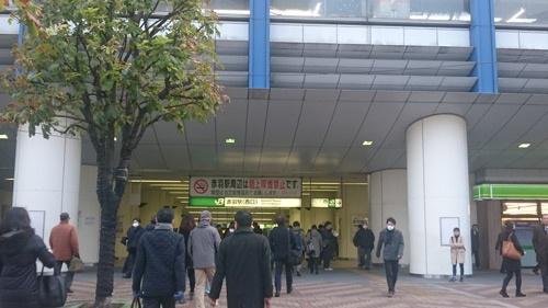 JR赤羽駅から埼京線に乗り込む。駅前にバスが到着すると、みな一目散に駅に向かっていく