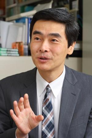 <b>阿部 等(あべ・ひとし)</b>氏<br /> 1961年、東京都生まれ、55歳。東京大学工学部都市工学科修士修了。交通計画を専門に学んだ。88年、JR東日本に第1期生として入社、鉄道の実務と研究開発に17年間従事した。2005年に株式会社ライトレールを創業し、交通計画のコンサルティングに従事している。08年に『満員電車がなくなる日』(角川SSC新書)を出版し、小池都知事の公約「満員電車ゼロ」の元ネタとなった。鉄道の活性化策を様々提言し、鉄道に関して各種メディアにてしばしば寄稿・コメントしている。(写真、北山宏一)