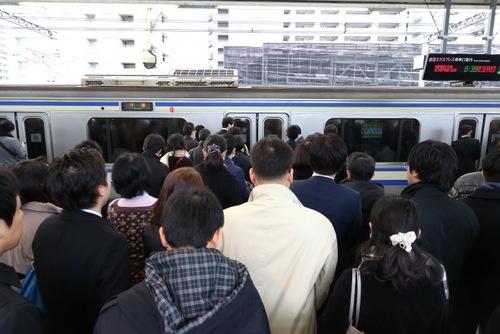 満員電車は解消していない(写真:北山宏一)