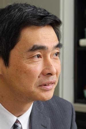 <b>阿部 等(あべ・ひとし)</b>氏<br />1961年、東京都生まれ、55歳。東京大学工学部都市工学科修士修了。交通計画を専門に学んだ。88年、JR東日本に第1期生として入社、鉄道の実務と研究開発に17年間従事した。2005年に株式会社ライトレールを創業し、交通計画のコンサルティングに従事している。08年に『満員電車がなくなる日』(角川SSC新書)を出版し、小池都知事の公約「満員電車ゼロ」の元ネタとなった。鉄道の活性化策を様々提言し、鉄道に関して各種メディアにてしばしば寄稿・コメントしている。(写真、北山宏一)