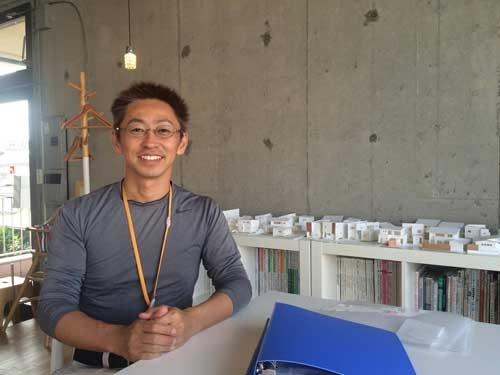 コラボハウスの清家修吾社長。全国出張の合間を縫ってアルバイトにも精を出す
