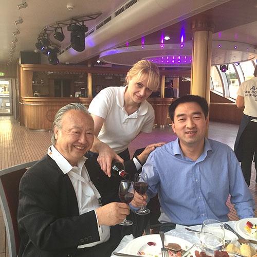 ロシアでのイベントで、中国のテクノロジーベンダーの幹部と歓談する筆者