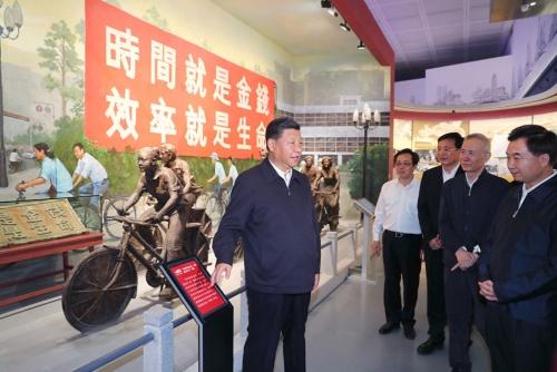 改革開放40周年に合わせ深圳を視察した習近平国家主席。視察した展示には「時間就是金銭、効率就是生命(時は金なり、効率は生命なり)」の標語が(写真:新華社/アフロ)