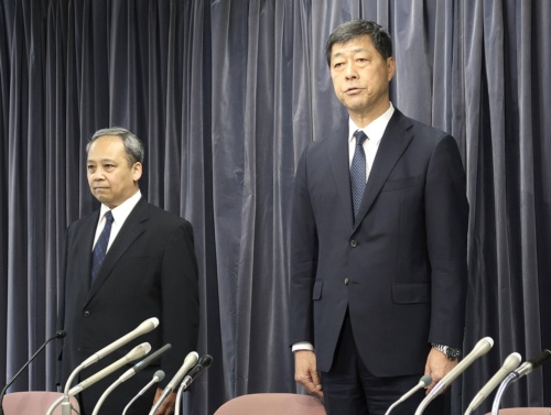 会見で謝罪するプリンスホテルの小山社長(右、写真:共同通信)