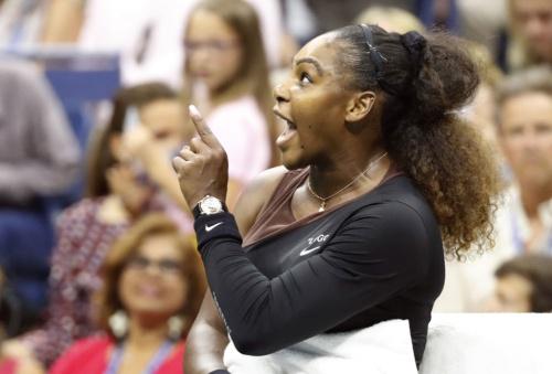 全米オープン決勝で主審に抗議する女王セリーナ・ウィリアムズ選手。感情をコントロールできずに自滅した(写真:UPI/アフロ)
