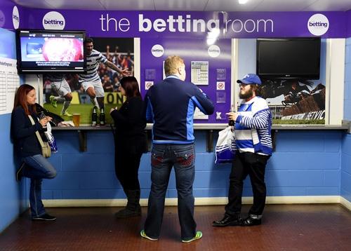 英国ではサッカー場内にもブックメーカーの投票所がある。(写真:Press Association/アフロ)
