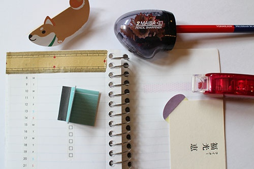 今回購入したユニークな文房具。写真上から、揺れ動く伝言メモ、2枚刃の鉛筆削り、メモ帳を機能的に変えてくれるマスキングテープ。