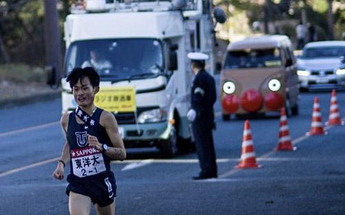 1区を快走する東洋大学の西山和弥選手を「アンパンマン号」が追走!