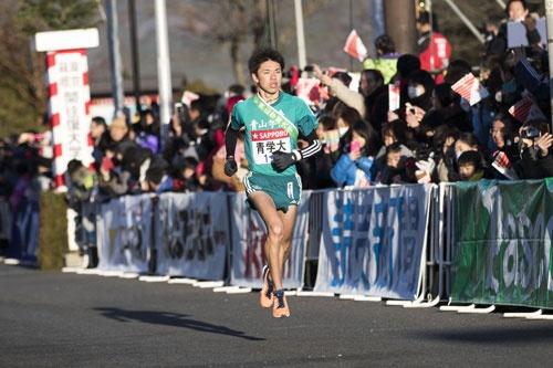 青学の6区小野田選手は、36秒遅れで箱根をスタート。山下りで爆走し、東洋大の今西駿介選手を抜いてトップに