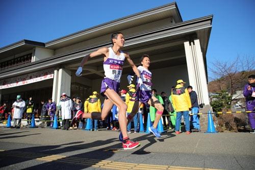 駒澤大学7区工藤選手は最後まで頑張り、襷を8区白頭徹也選手へ