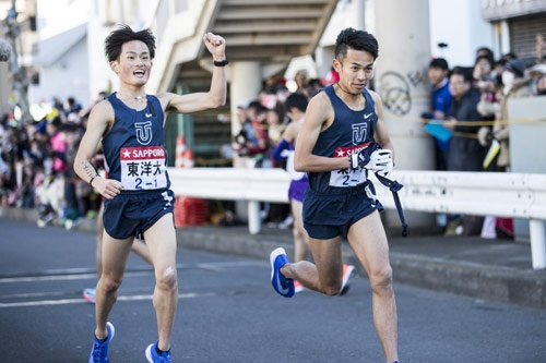 東洋大学の1区西山選手から2区相澤晃選手へ、トップで襷リレーし、5区まで抜かれることなく、そのまま往路優勝。2人ともNIKEの超厚底シューズを着用