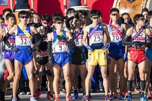 今年のニューイヤー駅伝でスタート直前の宇賀地選手(後列真ん中)。 いつも走る前に、天に向かって祈るのです