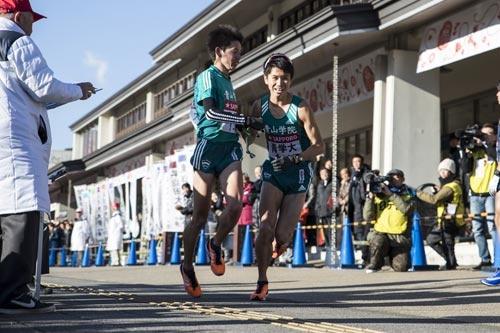 6区山下りで東洋大を抜いた青学の小野田選手から、7区で区間新記録を出した林選手へ襷リレー